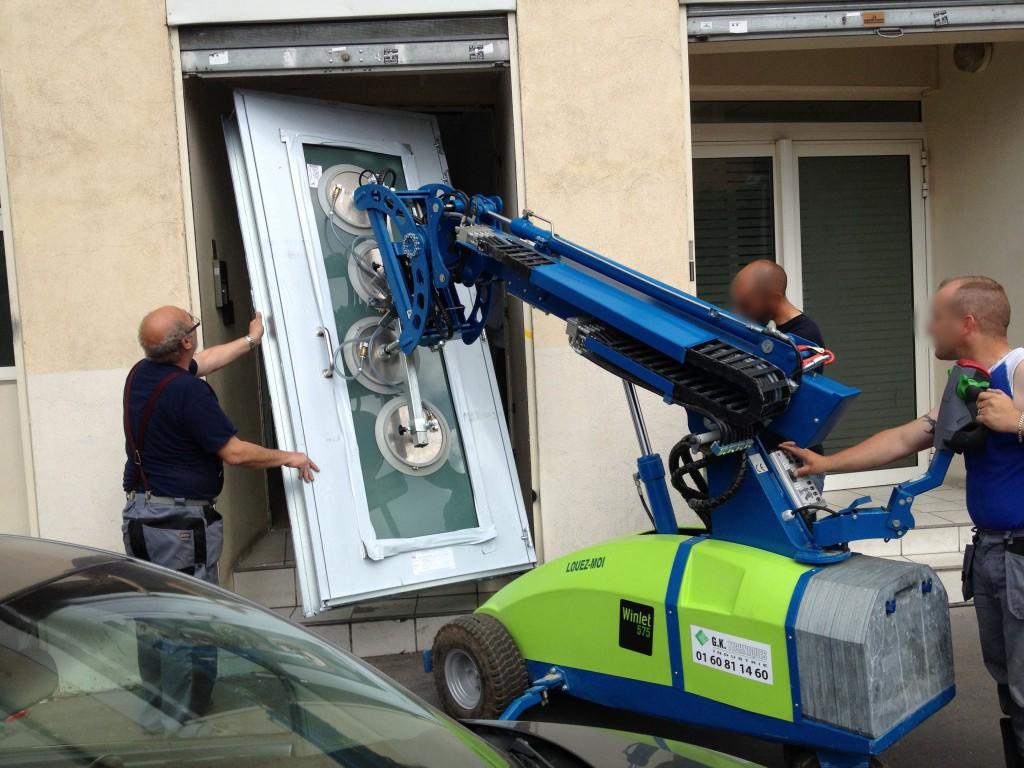 Robot-de-pose-à-ventouses-avec-porte-vitrée-classe-4